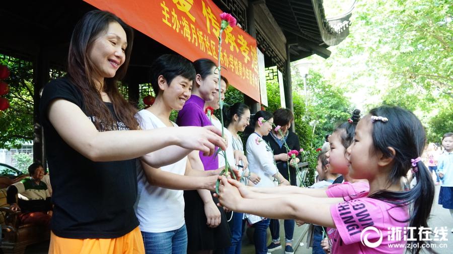 金沙会线上娱乐:汉服古礼感恩行_杭州南星街道举行母亲节活动